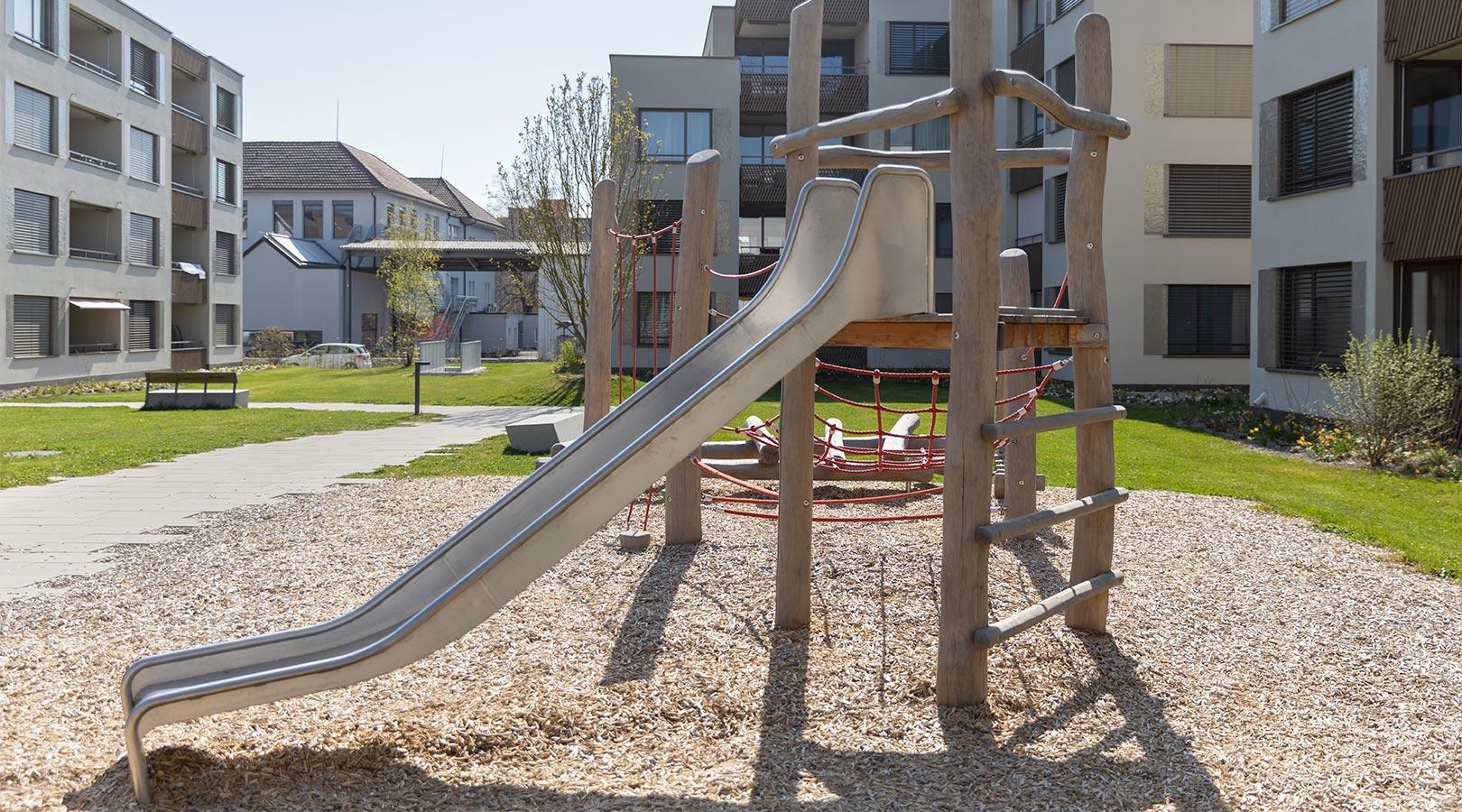 Spielplatz mit Rutsche Siedlung