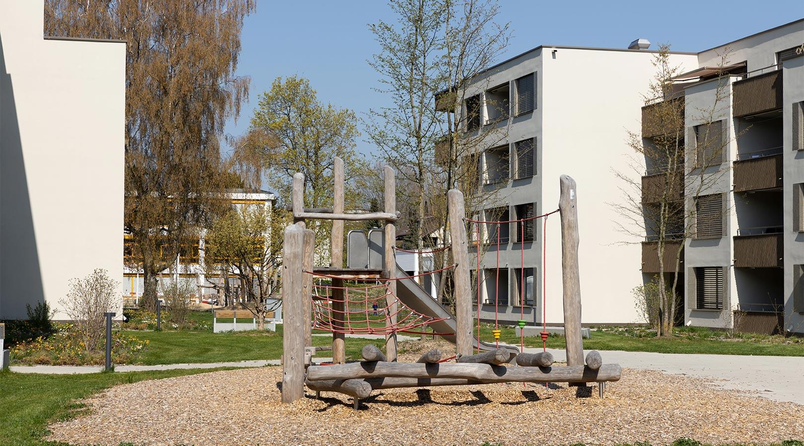Kinderspielplatz mit Rutsche bei der Überbauung Sonnenhof